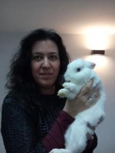 Con un conejo de un mago.