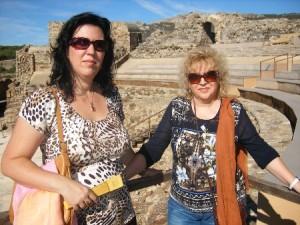 Macarena y su madre en las ruinas romanas de Bolonia.