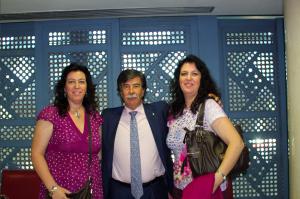 Macarena junto a Javier Urra y su hermana, en unas jornadas organizadas por la ONG en la que trabaja la autora.