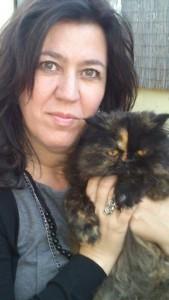 Macarena con Maya, la gata persa de su hermana.