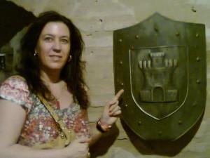 Macarena junto a un escudo con una torre, como su apellido.