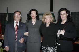 La autora con sus padres, Luis y Mº Carmen, y su hermana, Carmen.
